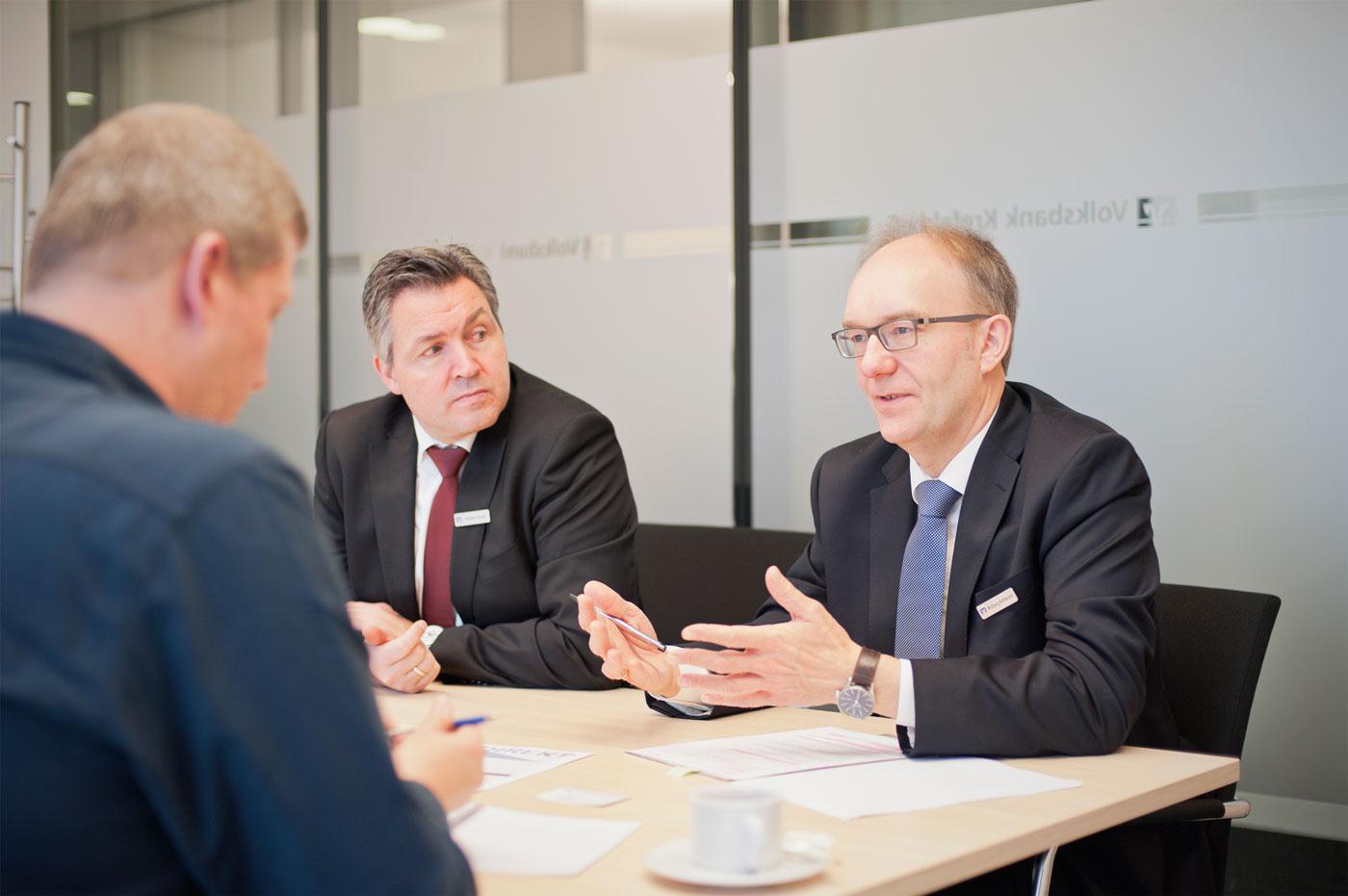 Christian Davids, Marketingleiter der Volksbank Krefeld (Mitte)