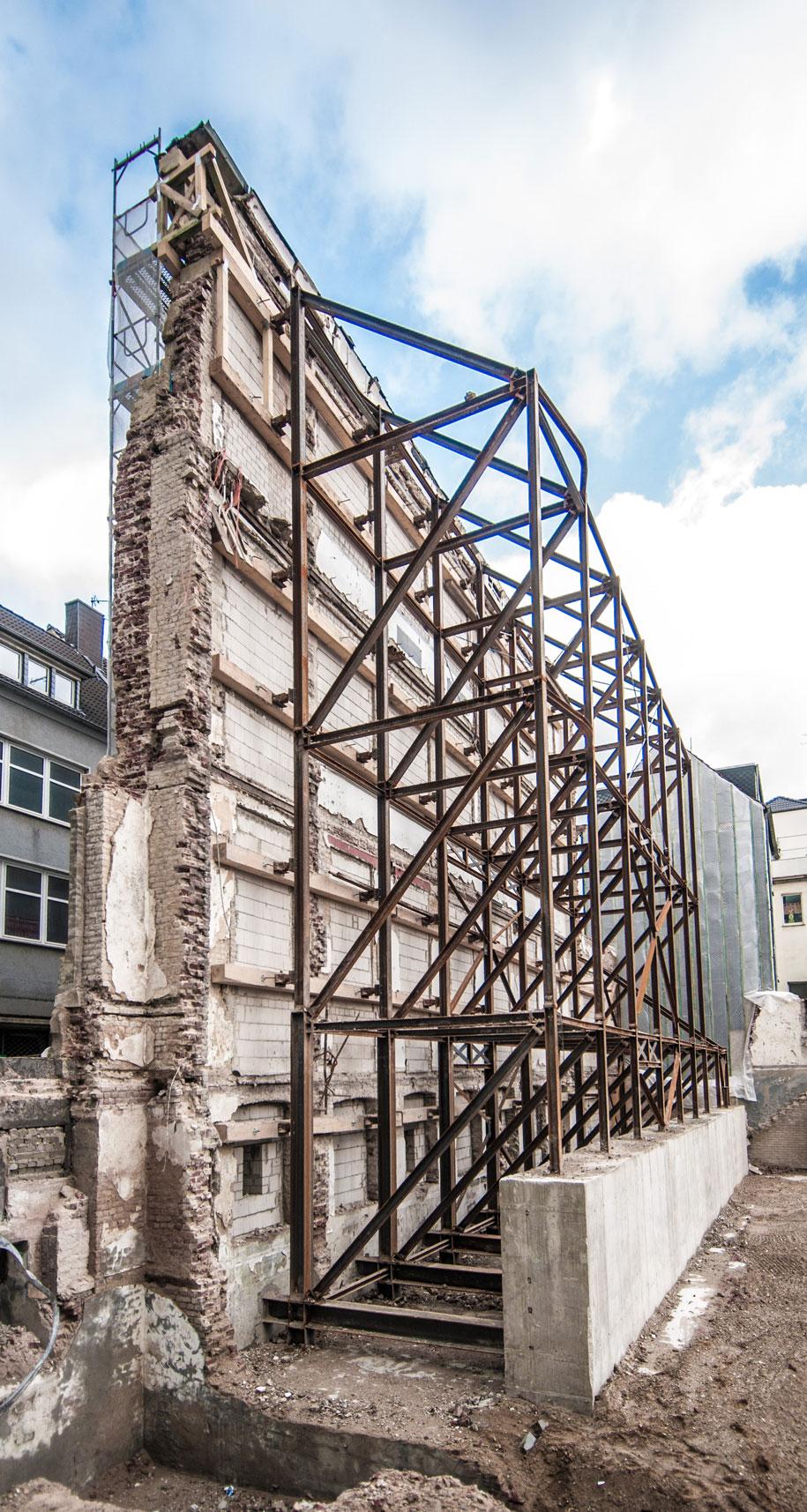 Die Werkkunsschule am 22. Juni 1943. Trotz schwerer Treffer ist die Fassade noch größtenteils intakt.
