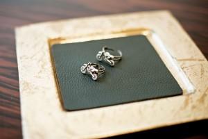 Originelle Ringe eines Paares mit Motorrad-Passion