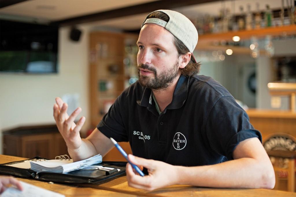 Julien Thiele erläutert die zahlreichen Nutzungsmöglichkeiten der modernen Bar