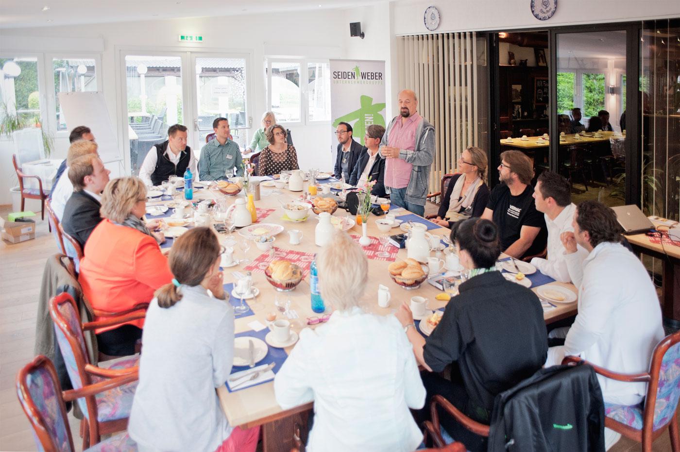 Morgens um sieben ist die Welt schwer in Ordnung - Total lokal: Die Seidenweber-Unternehmergruppe