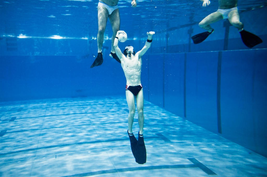 Mann, Ball, Wasser